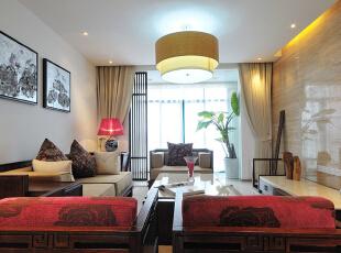 本案无论是室内家具的风格,还是整个内部装饰,中式传统文化的内涵都被诠释得淋漓尽致,完美地展示了中式文化的美感与历史的沉淀。总体布局对称均衡,端正稳健,而在装饰细节上精雕细琢,富于变化,充分体现出中国传统美学精神。  整体风格上设计师把握了大气和稳重的家居氛围,大量使用实木,奠定了中式基调,柔和的质地,淡淡的木香和细腻的纹理,让家中充满了书香门第的雅致与韵味。而凳椅、屏风、茶几、书桌、画案这些中式风格元素的溶入,彰显出一种内敛而高贵的风范。优雅的青花瓷恰到好处地点缀了家中各个角落,营造出浓厚儒雅的中式文化氛围,为生活增添了一丝淡雅的怀旧感,一种说不出道不明的灵性生活味道。,148平,13万,现代,三居,客厅,原木色,白色,