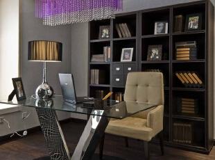 北京别墅装修设计—书房 书房实木的书架 配上现代的玻璃书桌 以水晶灯做为搭配 简单又不失稳重 深色的木地板,165平,28万,现代,四居,书房,黑白,紫色,黄色,