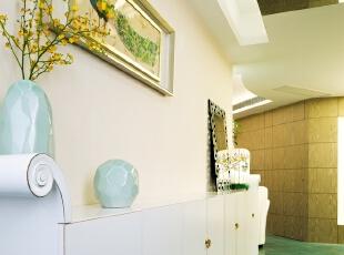 """01入户门厅:女业主拥有超多的鞋,因此我们定制了巨大空间的联排鞋柜,鞋柜二端的肩部吻合本案贯穿的""""书卷""""主题。墙面装饰画来自12岁小业主的亲笔,搭配镜面天花和简约款花瓶,令门厅显得舒阔而有气质。,100平,80万,混搭,三居,玄关,白色,绿色,小资,"""