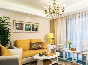 02客厅:客厅家具的重头戏是暖黄与白拼色沙发。同色系的窗帘、吊灯、台灯乃至茶几上的托盘, 以深浅有致的不同明度、纯度的棕黄色渲染出温馨氛围。沙发背后,墙上的装饰画同样来自小业主的手笔, 深蓝空间将三幅小型油画统一装裱起来,赋予空间美感的同时,亦是一份骄傲的纪念。,100平,80万,混搭,三居,客厅,现代,小资,中式,白色,黄色,