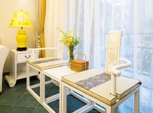 """03客厅: 临窗的可分可合的桌椅组, 既脱胎自中国明清的古典造型、又颇有创新 。单侧扶手的设计避免了视觉上的繁复, 也很有趣 。远端台灯下的矮几,亦以""""书卷""""做脚,不动声色地响应着设计主题。,100平,80万,混搭,三居,客厅,现代,小资,中式,白色,黄色,"""