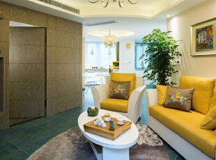 05客厅: 为配合主卧门、墙的斜面,方型的地毯显然是不协调的,于是深蓝空间特别定制了椭圆款的地毯,连茶几也是椭圆的,从视觉上加以调柔。块毯、沙发抱枕的大地色系又与墙面隐藏门的木作呼应,相得益彰。,100平,80万,混搭,三居,客厅,现代,中式,小资,白色,黄色,原木色,