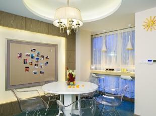 06餐厅:现代简洁风的餐厅,墙上应业主要求预留出一面软包,方便粘取各种物件 —— 比如怀旧照片、即兴创作的灵感画与文字。餐厅特意挑选了透明材质圈椅,够大够舒适,又因通透而不挤占空间的视觉。,100平,80万,混搭,三居,餐厅,现代,小资,白色,原木色,