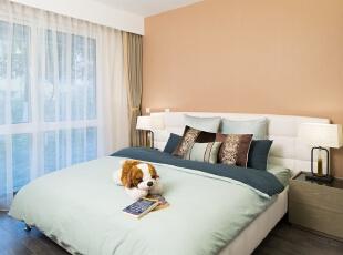 """08主卧:其实本案的主卧偏小,但是深蓝空间耍了个""""小花招"""",将定制床的背板设计成向二侧延伸,一直延伸至床头柜后面,造成更为宽大的视觉效果。哇,这么大的床,卧室真够大的,啧啧!,100平,80万,混搭,三居,卧室,现代,中式,原木色,白色,小资,"""