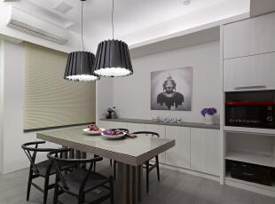 北京别墅装修设计—餐厅 餐厅是家居生活的心脏,不仅要美观,更重要的实用性,整体性。 现代简约的餐桌 现代式的吊灯 简约的搭配 浅色系列为主 灰色系的木地板,135平,26万,现代,三居,餐厅,黑白,红色,原木色,