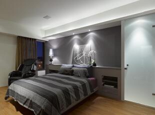 北京别墅装修设计—卧室 卧室实用和简洁 在经济,实用,舒适的同时,体现一定的文化品味。而简约风格不仅注重居室的实用性,还体现出现代社会生活的精致与个性,符合现代人的生活品位,创造一个温馨健康的家庭环境。,135平,26万,现代,三居,卧室,黑白,蓝色,红色,
