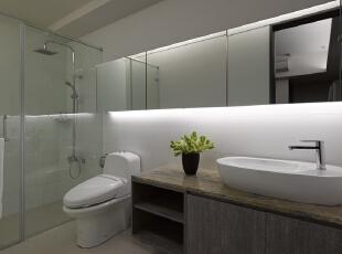 北京别墅装修设计—卫生间 卫生间 简单 整洁 干净 浴室柜用的深色的大理石台面 给人一种简单整洁高雅的感觉 卫生间偶尔的一盆绿色植物,可以带来意想不到的好心情喔!,135平,26万,现代,三居,卫生间,黄色,黑白,绿色,