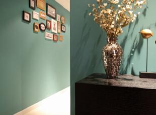 餐厅过道设计效果图 走廊墙面的照片墙装饰做点缀,其余空间依然是大面积绿色,延伸感和空间感都很好。,95平,7万,混搭,两居,