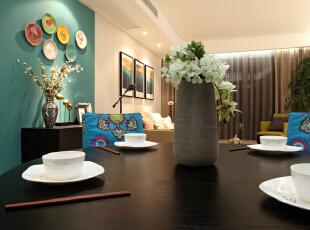 餐厅设计效果图 绿色乳胶漆墙面使空间绿意盎然,花色餐椅套更是给空间带来灵动活力的感觉。,95平,7万,混搭,两居,