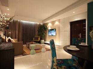 客厅设计效果图 客厅与餐厅相连,布局合适,整体是简约风格的搭配。不仅注重居室的实用性,而且还体现出了现代社会生活的精致与个性,符合现代人的生活品位。,95平,7万,混搭,两居,
