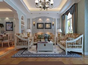 沙发两旁的对称台灯与墙面上的对称壁灯让这一空间看上去尤为温馨,顶部的吊灯则让客厅空间显出一份华贵感。,280平,35万,田园,别墅,