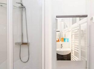 浴空间不大,但十分干净,简单的白色瓷砖铺贴出一种极简气质,这面镜子也是暗藏玄机,掀开镜面,后方就是一个收纳柜,巧妙的收纳设计让小户型空间的利用价值大大提升。,30平,2万,现代,一居,