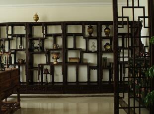 半开放的书房,在这里只是主人闲情雅趣的一种物化体现,正如张爱玲所说的钢琴放在那里不一定要弹,只是那一种感觉,这便是奢侈。,280平,29万,现代,大户型,书房,原木色,白色,