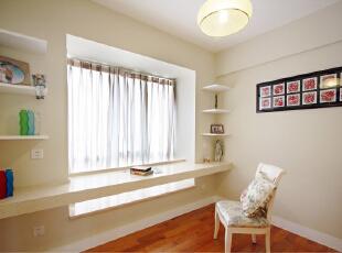 书房比较巧妙的是利用飘窗位置,作出了学习工作的办公区域,很简单一个隔板作为办公桌,书架错落的放着几个简单的隔板,墙漆配上淡淡的黄灰色,再来一把椅子,整个空间充满了清新自然的田园的感觉。,110平,70000万,田园,两居,书房,白色,