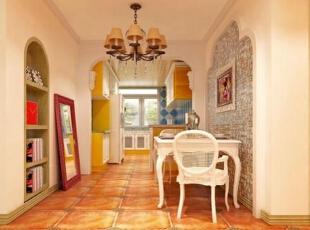 仿古砖拼花的地板,搭配古典迷人的吊灯,让人觉得高端大气.图片