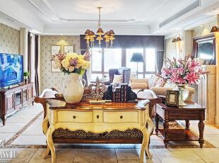 一个有着温暖阳光的秋日下午,柔和的光线直直的投入房间,明亮而干净,仰首睥睨,那阳光不经意的慵懒,却将一种个性挥洒,与这午后的阳光撞了个满怀。心情,被这暖人的午后渲染着……,240平,130万,美式,公寓,客厅,原木色,