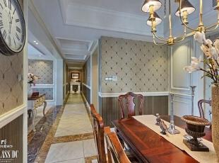 半开放式的厨房设计,很符合美国人的起居习惯,但是中国人的厨房难免油烟味较重,设计师加了一个玻璃的隔断门,以防油烟影响其他空间环境。实木餐桌极具质感,桌上洁白的花朵让人心情愉快。,240平,130万,美式,公寓,过道,白色,