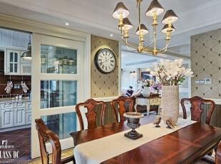 橱柜以米白色为主,足够面积的操作台面,烤箱、洗碗机等简单耐用的厨具设备一应俱全,强大的收纳空间让厨房能保持干净整洁的效果,仿古墙砖和地砖的使用,可以窥见一丝美式风格的文化特色。,240平,130万,美式,公寓,餐厅,白色,