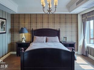 卧室极尽简约风范,条纹和格子元素带来复古文艺的味道,飘窗的设计更添慵懒,秋日的阳光铺满整个飘窗,慢慢爬上墙壁。,240平,130万,美式,公寓,卧室,原木色,