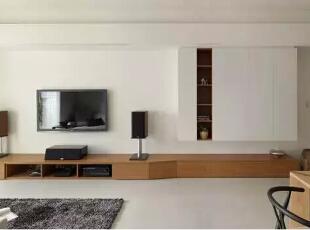 设计重点:沿面开展   编辑点评:横幅开展的主墙立面,表达自信大器的空间表情;别具巧思的端景安排,在精准拿捏下呼应廊道位置。,121平,现代,四居,客厅,白色,