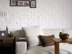 设计重点:通透明室   编辑点评:刷白处理的文化石,佐以随性相框点饰,风格简单但难掩个人魅力。透过大面落地窗衔接而来的充足采光,打造温暖通透的明室格局。,121平,现代,四居,客厅,白色,