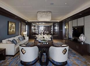 根据项目的特点,在设计风格定位时采用现代中式奢华风格,通过的空间规划,材质与色彩的精心拿捏,营造出一处富有尊贵感和人文特色的中国式家居空间。,200平,50万,现代,四居,