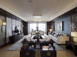 空间规划时,用博古架的形式围合成对称通透的住宅门厅,门厅分隔开中餐厅与会客厅,让两个空间都相对正式和独立。中餐厅区域设有吧台、中式厨房和工人起居空间。客厅区域把原有阳台纳入室内,形成正式的会客厅和休闲区,功能上更丰富多样。从会客厅可以到达长辈房套间、书房、小孩房及主人套间。功能布局流畅,各个单独空间方正宽敞。,200平,50万,现代,四居,