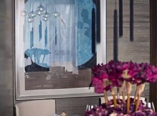 """本案的色彩选用了紫檀色、黛蓝色与金色的色彩组合,营造尊贵典雅的色彩氛围。门厅地面用土耳其金镶玉及希腊雅士白云石拼出传统的海棠图案,硬装选用紫檀色的铁刀木、珍贵的真丝布艺硬包、进口中国图案壁纸、传统""""万""""字纹的玫瑰金不锈钢屏风、浮雕面木地板等物料。,200平,50万,现代,四居,"""