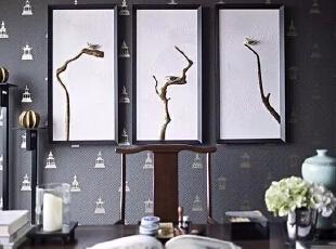 多处出现的海棠角装饰细节也成为室内装饰的特色元素,不仅体现在硬装上,在专门定制的家具上也出现了此细节的呼应。洗手间墙面选用了意大利太白玉云石,铺贴方式采用中国传统的工字拼法,地面用土耳其科莫灰石材衬托,洗手台和化妆镜的设计借鉴了中国传统建筑和家具的装饰元素,洗手台面选用了河南当地产的紫砚石**面,200平,50万,现代,四居,