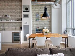 客厅的后方与厨房平行的位置靠着窗户隔出餐区。照明设备选用工业风格的黑色吊顶与层次分明的砖墙和铝制圆囱桶自成一派。,120平,10万,混搭,复式,餐厅,白色,原木色,