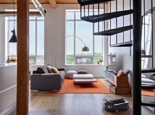 不拘一格的沙发下是暖暖的橘色,让loft的风格不古板。大大的窗户让阳光肆意的覆盖在客厅内的每一个角落。落地灯弧度弯曲起到完美的装饰作用。,120平,10万,混搭,复式,客厅,黑白,