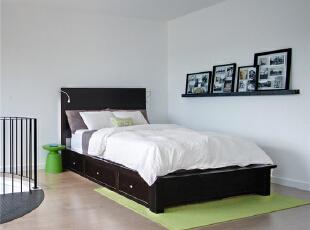 顺着楼梯往上爬便是简单的卧室,因为在顶层无须完全的隔断也能保证我们卧室的私密性。,120平,10万,混搭,复式,卧室,黑白,