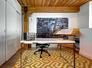 以推拉门隔断出的studio还不错吧!陈旧的黑白建筑照片填充了整个背景墙,整体效果大为不同。个性化鲜明,还与地毯相互融合,打造出饱满感。,120平,10万,混搭,复式,书房,原木色,白色,