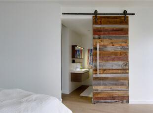 卫浴被完全隔断成一隅空间。陈旧的木门中和了一片纯白的单调乏味。,120平,10万,混搭,复式,卧室,白色,