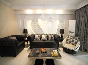 北京别墅装修设计—客厅 客厅主色调以黑白色为主,简单,做了一个很随意的沙发背景墙 打上暖色的灯光,纯白色的瓷砖,干净整洁 柔和舒适,140平,26万,现代,别墅,客厅,黑白,黄色,
