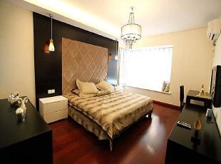 北京别墅装修设计—卧室 主卧整个空间的设计不单是对简约风格的遵循,也是个性的展示。黑色的家具搭配 配合上暖色的灯光 菱格的造型做床背景墙,140平,26万,现代,别墅,卧室,红色,黄色,黑白,