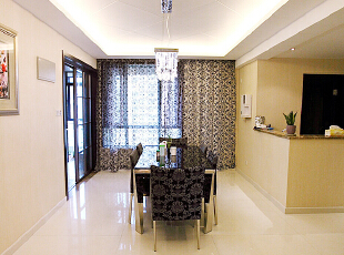 北京别墅装修设计—餐厅 餐厅是家居生活的心脏,不仅要美观,更重要的实用性,整体性。设计中灯光则以温馨和暖的黄色为基调,顶部做了简单的吊顶。现代的水晶吊灯,140平,26万,现代,别墅,餐厅,黑白,黄色,