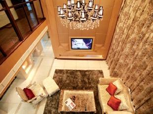 北京别墅装修设计—客厅 整个客厅的空间运用了暖色系列,暖色花纹的窗帘,加上电视墙运用的黄色的造型板以自然光线,使整个空间有了一种温馨、舒适的感觉。简欧式的沙发与家具,配上欧式的吊灯让客厅的空间更加有活动的空间。,350平,42万,欧式,别墅,客厅,黄色,红色,黑白,