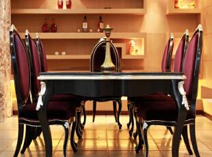 北京别墅装修设计—餐厅 餐厅设计在颜色上以暖色为主,整个餐厅没有加入多余的装饰,欧式黑色的餐桌搭配深红色的椅子,既时尚又大方。,大方又富有层次感,搭配着黑色的欧式吊灯,350平,42万,欧式,别墅,黄色,黑白,餐厅,