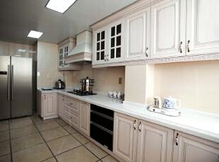北京别墅装修设计—厨房 厨房 以米白色的欧式橱柜为主 白色的大理石做为台面 防滑的地砖 干净整洁,350平,42万,欧式,别墅,厨房,蓝色,黑白,