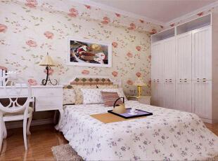 设计理念:卧室采用淡色壁纸,搭配白色家具,让房间看起来更加干净整洁。 亮点:延续整体温馨简约的设计,书桌的摆放更增加了空间的使用功能性,140平,8万,现代,三居,卧室,白色,