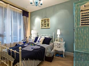 蓝色的主人大床,实用美好的窗帘搭,柔和的色彩、浪漫的背景墙设计,简约大气的搭配,铁艺收纳架也是地中海风格中的一部分。卧室电视背景墙整个一体规划,很有整体空间感,232平,20万,地中海,四居,卧室,蓝色,