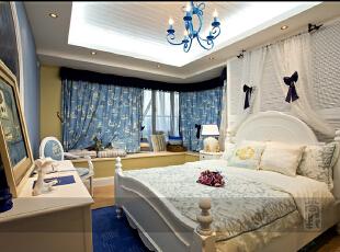 女儿房带来最大的收纳空间,床尾内嵌式的收纳柜是整个卧室的收纳理想地;圆弧形的书桌顶部造型,加强了地中海风格质感。卧室户型是不方正的,为了带来方正的视觉效果,设计师大胆采用蓝色元素,与拱形门形成视觉呈递感觉,把户型变方正。,232平,20万,地中海,四居,白色,蓝色,
