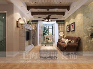 贰号城邦90平三室两厅美式乡村装修效果图,客厅作为待客区域,要求简洁明快,客厅的设计摒弃了繁琐和复杂,兼具古典主义的优美造型和新古典主义的功能搭配,为整个居室营造出了一个温馨舒适的家居环境。,90平,9万,美式,三居,客厅,黄色,