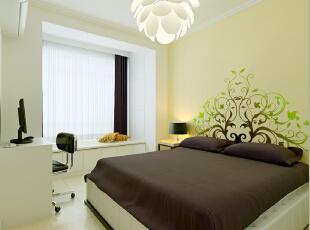 现代简约风格在卧室中延续,家具的造型简洁,颜色也以白色为主。,65平,5万,现代,小户型,卧室,黑白,