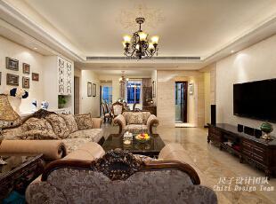 01-客厅:   内敛、稳重的深色木框布艺沙发,让人感受到家的温馨和包容。亮面质感的高品质瓷砖贯穿整个客餐厅地面,让客餐厅空间更具品质感。沙发背后整面墙进行对称设计的雕花造型柜,兼具美观与实用:既有鞋柜兼储物柜的功能,同时亦能为客厅营造出大气精致的背景;柜子侧面隐约的玻璃灯箱印花装饰,与客厅天顶主灯的印花相呼应,美式细节的生活品质自然流露。,150平,70万,欧式,四居,