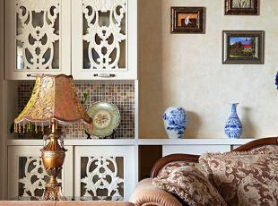 02 客厅局部   精致的雕花柜门,边缀美丽流苏的台灯,华丽的茶几雕花,如果只是想象,这些复杂的装饰单件似乎会让人感觉缭乱。而巧妙的搭配组合,就能化繁为简,让人感觉到一种美式生活中静静渗透出来的放松和休闲时光。,150平,70万,欧式,四居,