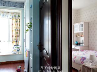 06-小孩房:   快乐橙堡里住着两位尊贵的小主人:同样的两扇房门,推开之后的景象却完全不同——蓝色的海洋世界属于活泼好动的小王子 ,粉色的公主花园住着的是优雅沉静的大公主 。,150平,70万,欧式,四居,儿童房,蓝色,