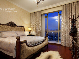 07-主卧:   白天,阳光从宽大的落地窗倾泻而来,整个主卧就被大自然的温暖包裹;而当夜幕降临,夕阳与暮霭的交替,以及室内灯光的错落,给主卧以更丰富的层次感。一整面墙的大衣柜上隐藏着局部雕花,与床头墙面粗糙的印花肌理相互映衬,更好地凸显出家具的细节和质感。,150平,70万,欧式,四居,卧室,原木色,黄色,