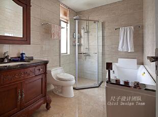 09-主卫:   主卫的空间布局紧凑有致又不失宽裕大气,实木浴柜、玻璃淋浴间、按摩浴缸、智能马桶,分布合理而连贯,一体式的亮光墙地瓷砖,为浴室获取了最佳的采光效果。,150平,70万,欧式,四居,卫生间,原木色,